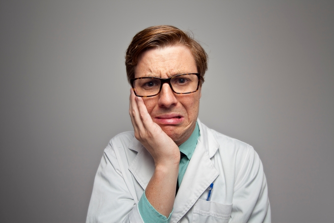 médico com nojo