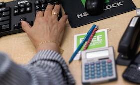 Last Minute Tax Filers Rush To Meet Tax Deadline
