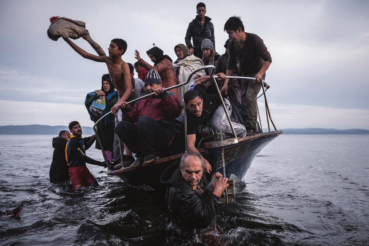 Centenas de imigrantes e refugiados chegam diariamente nas ilhas da Grécia, que ficaram superlotadas de imigrantes durante a crise de refugiados de 2015. A Grécia é uma das principais rotas para quem busca refúgio na Europa pelo mar