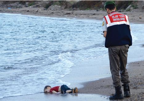 O garoto sírio Aylan Kurdi jogado de bruços em uma praia na costa da Turquia se tornou uma triste representação da crise dos refugiados de 2015