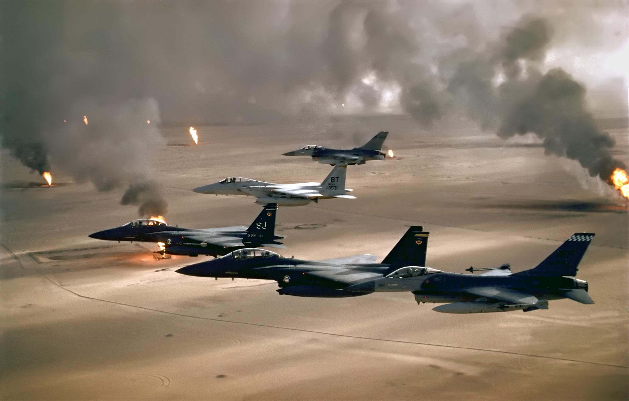 Aeronaves americanas sobrevoando regiões bombardeadas do Kuwait
