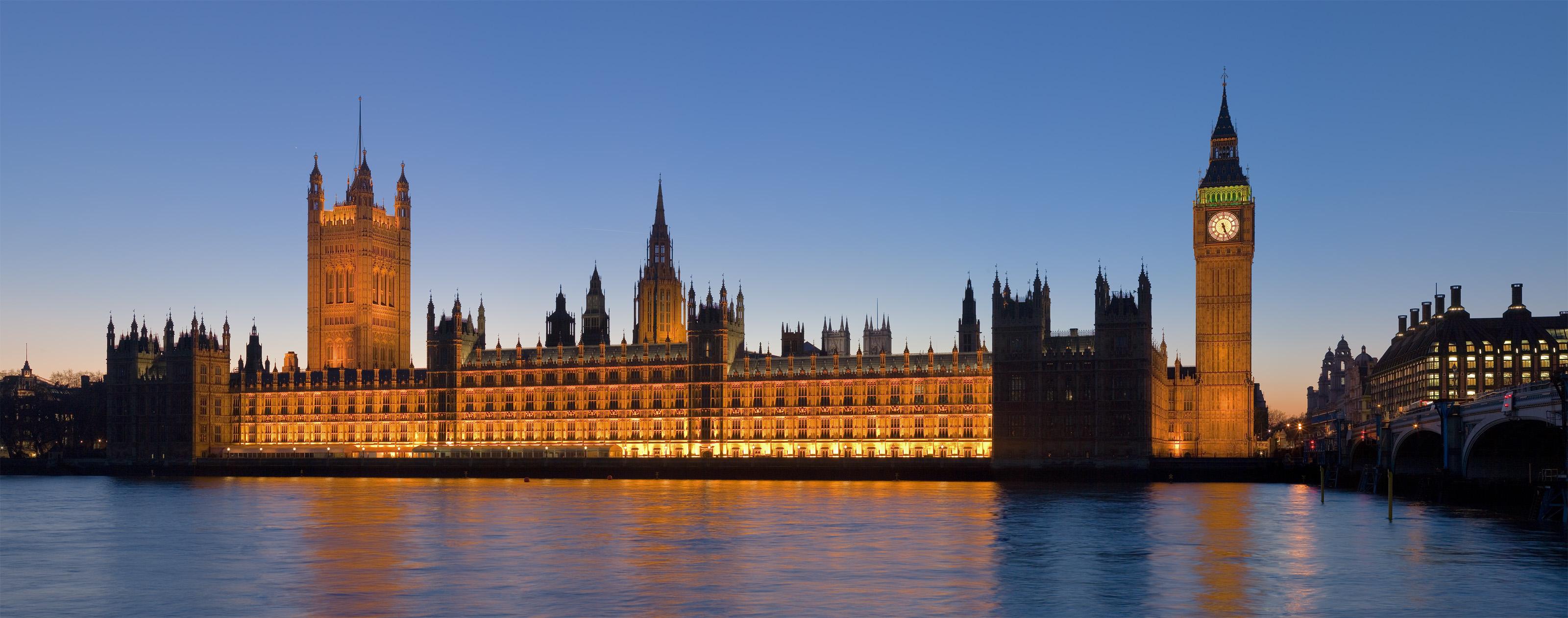 O Palácio ao fundo foi palco de um dos ataques orquestrados pelo Estado Islâmico na Inglaterra em 2017. O atentado começou na Ponte Westiminster, à direita