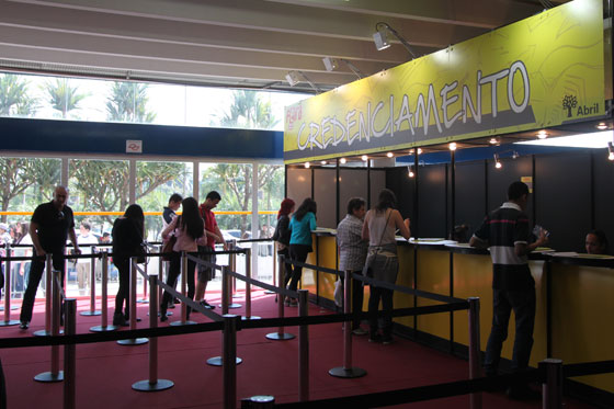Estudantes visitam a feira em busca de informações sobre os cursos e as carreiras.