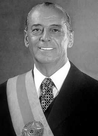 Depois de 15 anos de torturas, censura e eleições indiretas, Figueiredo sanciona a lei da Anistia e restaura o pluripartidarismo. Seu governo é marcado pelo crescimento da inflação e da dívida externa