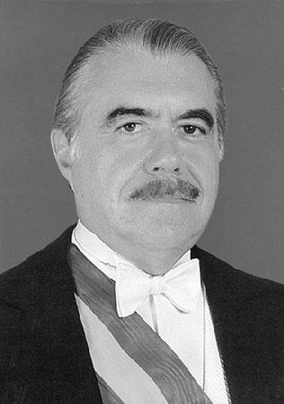 Em 1985, Tancredo Neves foi eleito o presidente, mas teve que ser internado na véspera da posse com problemas no aparelho digestivo. Com a sua morte, José Sarney se tornou o primeiro presidente civil após 21 anos de regime militar e revogou a legislação autoritária, restabelecendo a eleição direta para a Presidência. Uma nova Constituição foi promulgada em 1988. Para tentar conter a inflação, Sarney lançou o Plano Cruzado em 1986, congelando preços e salários. Mas, ao fim de seu mandato, ela ainda passava dos 80% ao mês.