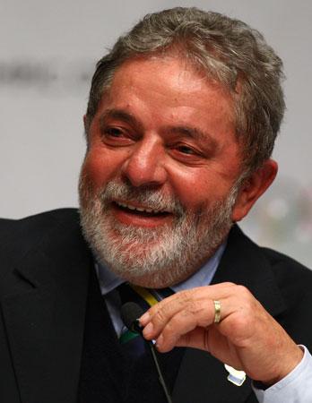 Depois de perder a primeira eleição da democracia para Collor e outras duas para Fernando Henrique, Lula chega ao poder com uma votação recorde de 50 milhões de votos.