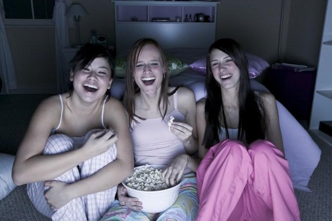 adolescentes-vendo-filme.jpg