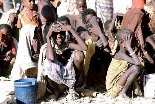 Muitas das nações africanas passam por problemas políticos ou estão em guerra civil. Com isso, essas nações têm economias pobres e não geram riquezas para a população. Muitos países têm altas taxas de mortalidade e baixa espectativa de vida. (Foto: Wikimedia Commons)