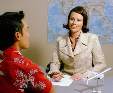 O profissional que optar por trabalhar em agências de turismo vai planejar roteiros, emitir passagens e reservar hotéis e restaurantes para os clientes.