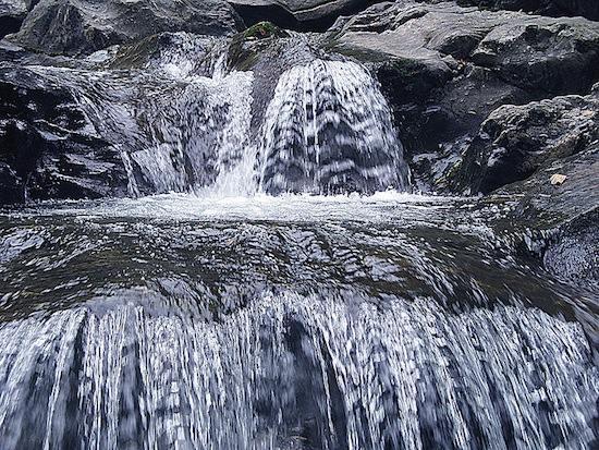A importância da água para a vida na Terra e a ligação, a estrutura e as propriedades da água.