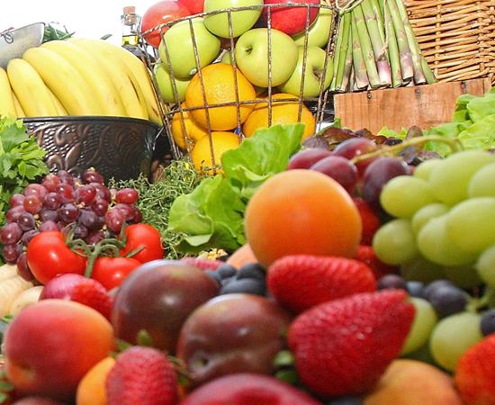 2 - Alimente-se de forma balanceada. É importante comer frutas, cereais, legumes, verduras e proteínas.