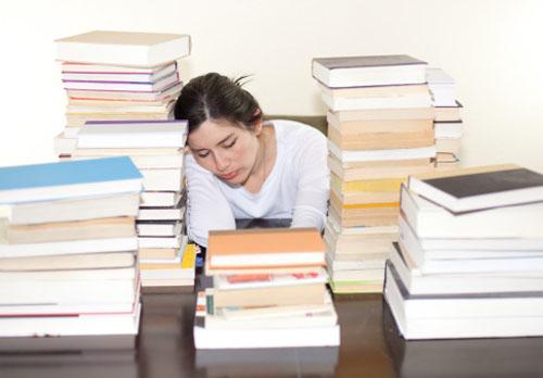 aluna-dormindo-muitas-pilhas-livros.jpg