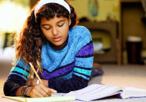 aluna-estudando-casa-livro.jpg