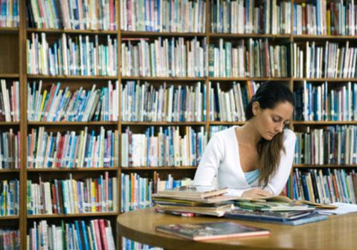aluna-estudando-sozinha-biblioteca.jpg