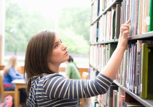 aluna-pesquisa-biblioteca.jpg