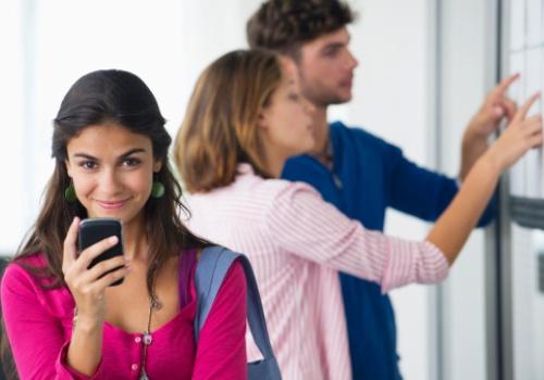 aluna-sorri-celular-lista.jpg