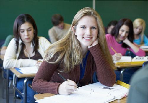 aluna-sorrindo-sala-aula.jpg