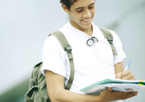 aluno-andando-caderno.jpg