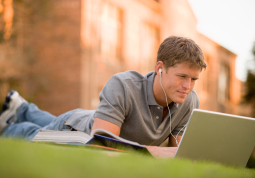 aluno-deitado-grama-laptop.jpg