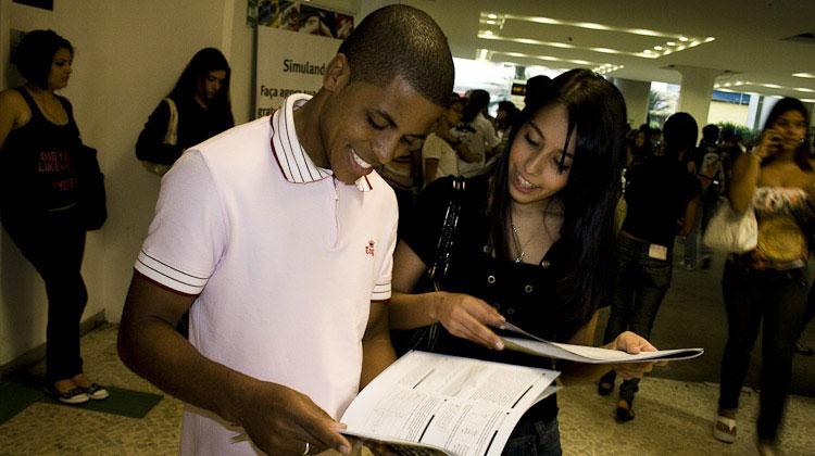 Colegas conferem seus cadernos de respostas dos testes