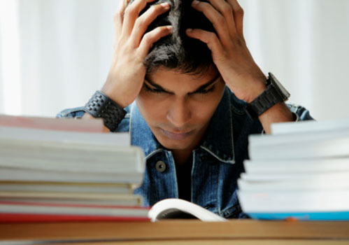 aluno-estudando-maos-na-cabeca.jpg