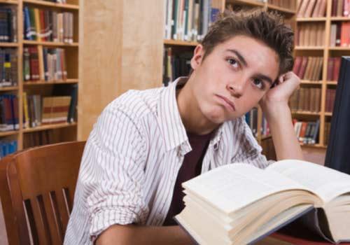 aluno-livro-estudando-distraido.jpg