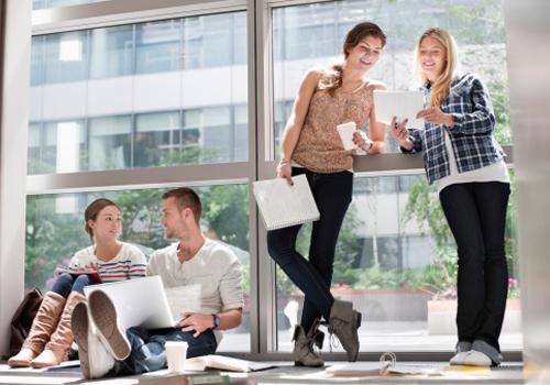 alunos-estudam-conversam-corredor.jpg