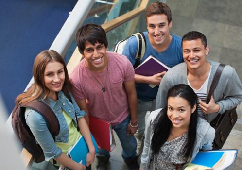 alunos-olham-camera-escada.jpg