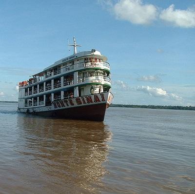 Por falar nele, a bacia do rio Amazonas é a maior bacia fluvial do mundo, atingindo uma área de 7 milhões de quilômetros quadrados. São 25 mil quilômetros de vias navegáveis. (Foto: Wikimedia Commons)