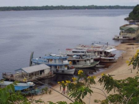 Cerca de metade da bacia do rio Amazonas está em território brasileiro. Acre, Roraima, Rondônia, Mato Grosso, Pará, Amapá e, claro, Amazonas são os estados que a bacia engloba. A outra metade está dividida pelos territórios de Peru, Equador, Bolívia, Guiana, Suriname, Colômbia e Venezuela. (Foto: Wikimedia Commons)