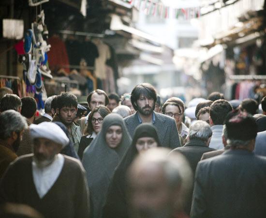 Em 1979, o Irã tinha acabado de passar por uma revolução, que tirou do poder o xá Reza Pahlevi e colocou no governo o líder aiatolá Khomeini. O xá era apoiado pelos Estados Unidos e o país sofria com uma grave crise econômica, fazendo com que a população tivesse grande revolta contra os ocidentais. Em 4 de novembro do mesmo ano, a embaixada norte-americana foi invadida por manifestantes e seis diplomatas conseguem escapar do local pouco antes da invasão, indo se refugiar na casa do embaixador canadense. Lá eles vivem durante meses, sob sigilo absoluto, enquanto a CIA busca um meio de retirá-los do país em segurança. O filme -Argo- trata da tentativa dos EUA de resgatar esses americanos com segurança do Irã. Foi indicado ao Oscar de Melhor Filme e outras 5 premiações. ESTUDE: REVOLUÇÃO IRANIANA, CRISE DO PETRÓLEO. (imagem: reprodução)