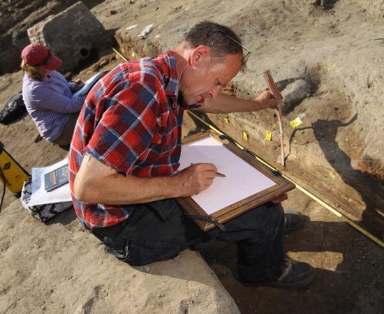 ARQUEOLOGIA - O arqueólogo explora e analisa materiais encontrados embaixo da terra para estudar a sociedade e as características que ajudaram a constituir as sociedades que conhecemos hoje. A carreira permite que o profissional viaje a vários sítios, em busca de novos objetos de estudo.