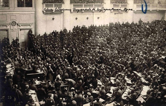 Ao perceber que o sistema socialista era inviável para o estado em que se encontrava a economia russa, Lenin resolveu dar um passo atrás, para depois poder dar dois à frente. Em 1921 foi implementada a Nova Política Econômica.