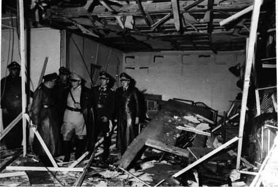 Ele conseguiu armar a primeira e colocou-a dentro de uma pasta estrategicamente localizada para atingir o líder nazista. No entanto, teve que desistir da segunda. Depois disso, fugiu para longe. Nesse meio tempo, alguém, incomodado com a pasta no meio do caminho, mudou-a de lugar. O resultado foram quatro nazistas mortos. Mas Hitler que é bom, teve apenas ferimentos leves. Menos de 24 horas depois, todos os conspiradores já tinham sido executados. (Foto: Creative Commons)