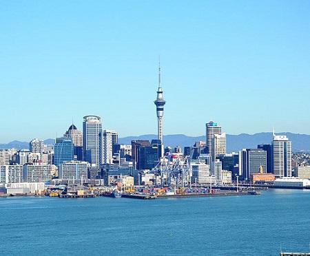 Com menos de 5 milhões de habitantes, a Nove Zelândia vai muito bem em diversos fatores de desenvolvimento humano. O país tem ótima educação pública e algumas das cidades mais com melhor qualidade de vida do planeta, como Auckland. (Foto: Wikimedia Commons)