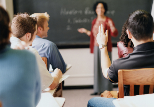 aula-mao-levantada-professora.jpg