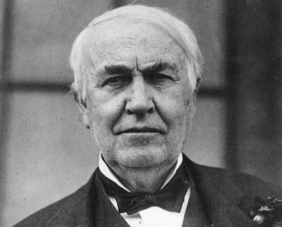 """Thomas Edison (foto) não fazia a menor questão de cumprir promessas. Em 1884, ele disse que pagaria 50 mil dólares para o engenheiro croata Nikola Tesla resolver o problema da sincronização em motores. Tesla não só cumpriu sua parte do acordo como já havia engordado a coleção de patentes de Edison com outros 24 projetos. Mas, na hora de pagar, ele só falou: """"Tesla, você não entende nosso humor americano"""". O inventor orgulhava-se de alcançar glória e fortuna com o trabalho alheio. Todo mundo rouba no comércio e na indústria. Eu mesmo já roubei muita coisa. Mas eu sei como roubar, afirmou certa vez, segundo o biógrafo Matthew Josephson. Assim é fácil entender como o cientista soma 1093 patentes de invenções nos Estados Unidos e mais 1239 em 34 países."""