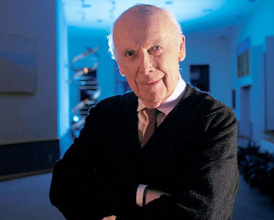 Foi o geneticista britânico James Watson (foto) quem desvendou a molécula de DNA, em parceria com Francis Crick. Mas, para isso, ele se utilizou de imagens feitas por sua colega Rosalind Franklin, que descobriu que a molécula era em formato de hélice - e foram reveladas indevidamente por um colega dela, em janeiro de 1953. Não meti a mão na gaveta e roubei. Elas foram mostradas a mim. Mas a verdade é que teríamos conseguido no outono. Havia dados suficientes, disse ele, que reconheceu a importância do evento para a descoberta que lhe rendeu o Nobel de 1962. Mas especialistas duvidam de que ele teria conseguido sozinho.