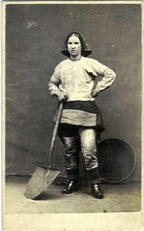 Como os homens estavam na guerra, as mulheres tiveram que ocupar o lugar deles nas fábricas. Com isso, precisaram adotar um vestuário mais prático e confortável. Foi assim que as calças entraram de forma permanente no guarda-roupa feminino. (Foto: Creative Commons)