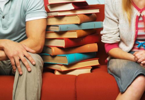 casal-separado-pilha-livros.jpg