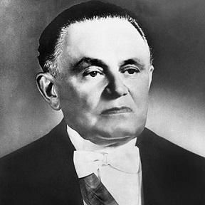 No dia 11 de abril de 1964, o Congresso Nacional, que tinha declarado vago o cargo de Presidente da República após a fuga de João Goulart para o Uruguai, elegeu um novo presidente. O escolhido foi o militar Castelo Branco (foto), que teve o voto até mesmo do ex-presidente Juscelino Kubitschek, então senador da república.