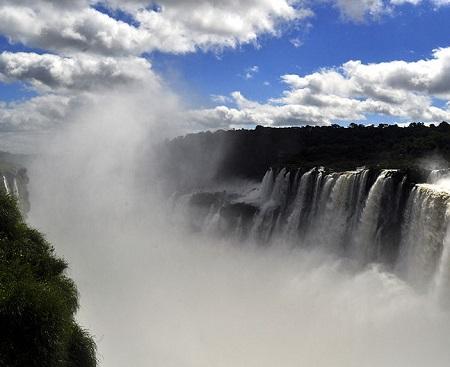 A bacia do rio Paraná está na região mais industrializada do país, onde mora quase um terço da população do Brasil. O Tietê e o Iguaçu são alguns dos rios que fazem parte dessa bacia. (Foto: Wikimedia Commons)