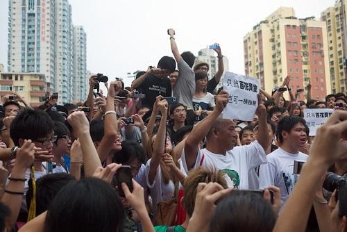 Apesar do desenvolvimento acelerado, a China enfrenta problemas sérios. Um deles é no campo dos direitos humanos, com a falta de respeito às liberdades individuais. Também ocorre um  envelhecimento acentuado da população, fato provocado pela política do filho único. (Foto: Wikimedia Commons)