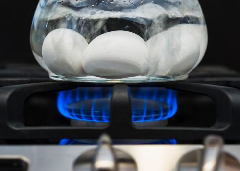 Na convecção, a energia térmica se propaga junto com a matéria, devido a uma diferença de densidade e a ação da gravidade. O fenômeno ocorre apenas fluídos, como em líquidos e gases. Por exemplo, quando a água se aquece, as moléculas no fundo da panela ficam mais leves e sobem para a superfície, ao mesmo tempo em que as moléculas da superfícies descem. O movimento gera uma corrente de convecção, misturando moléculas quentes e frias até que o líquido fique aquecido por igual.