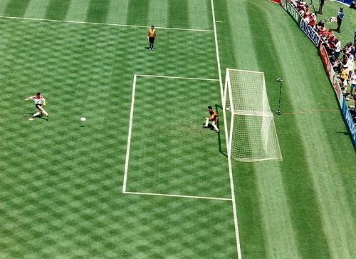 Em 1994, os Estados Unidos receberam a Copa do Mundo. A maior economia do planeta, hoje com 313 milhões de pessoas, não passou das oitavas de final. (Foto: Wikimedia Commons)