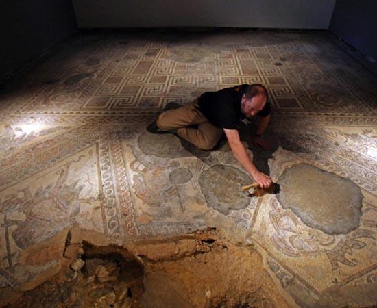 ARQUEOLOGIA - É a ciência que estuda as sociedades humanas por meio de objetos que foram produzidos e utilizados no passado.