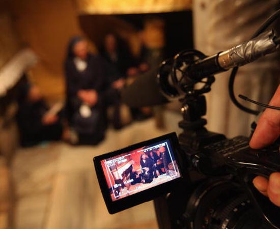 AUDIOVISUAL - É o curso de comunicação que enfoca a elaboração e a produção de audiovisuais artísticos, documentais, publicitários, institucionais ou jornalísticos para veiculação em diversas mídias, como cinema, internet, tv aberta e a cabo e circuitos fechados de programação.