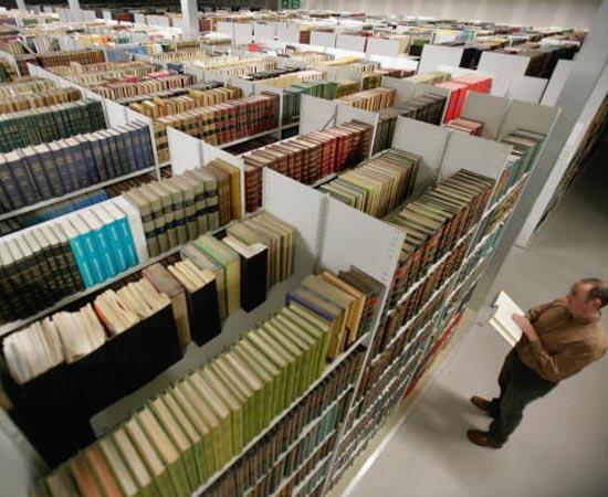 BIBLIOTECONOMIA - É o curso voltado à classificação, organização, conservação e divulgação do acervo de bibliotecas e centros de documentação.