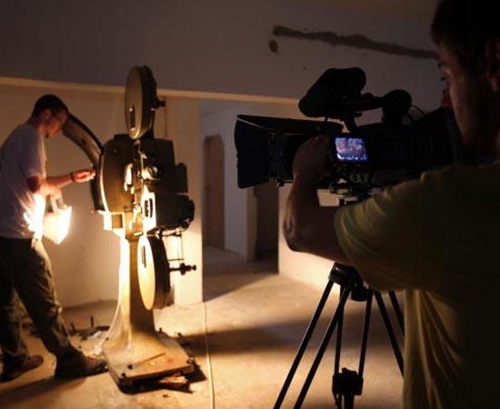 CINEMA E VÍDEO - O cineasta produz filmes e vídeos de curta ou longa-metragem, sejam eles autorais, publicitários ou institucionais, sejam documentários ou de treinamento. Pode desenvolver roteiros e cuidar da iluminação, fotografia, edição ou sonorização, além da direção.