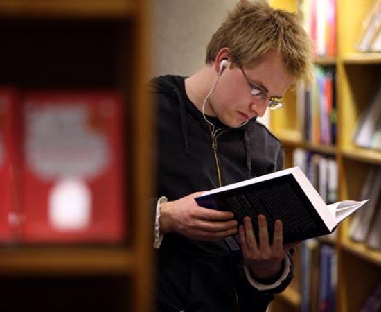 ESTUDOS LITERÁRIOS - É a área científica que cuida da crítica, da reflexão e da pesquisa dos vários gêneros literários.